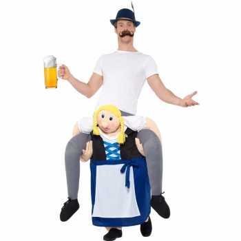 Foute oktoberfest party kleding man op bayerische vrouw